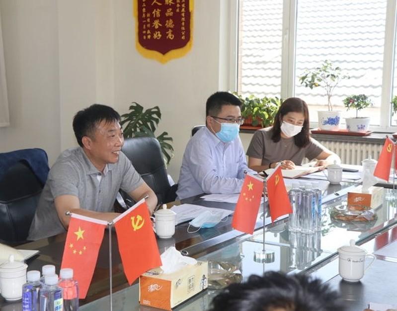 冯卫东董事长(左1)在朝阳分公司调研