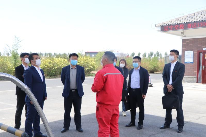 冯卫东董事长(左3)在阜新分公司调研