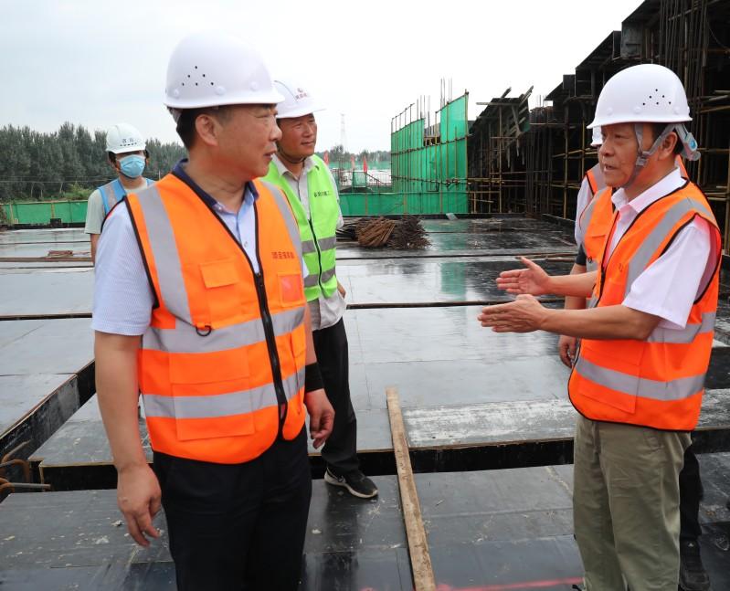 1集团总经理陈良民(右)向公司董事长冯卫东(左)提出建设性意见    高志博摄