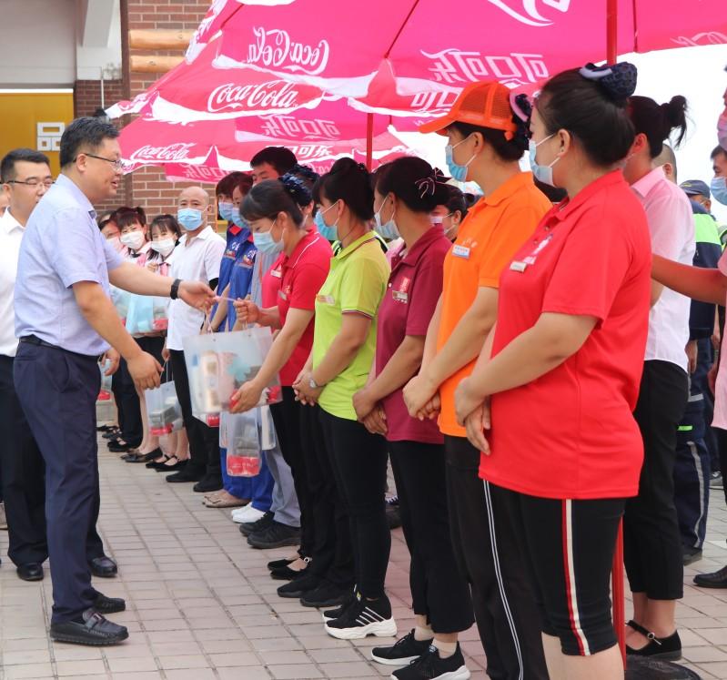 集团党委副书记马拥军(左侧前)将慰问品送到员工手中