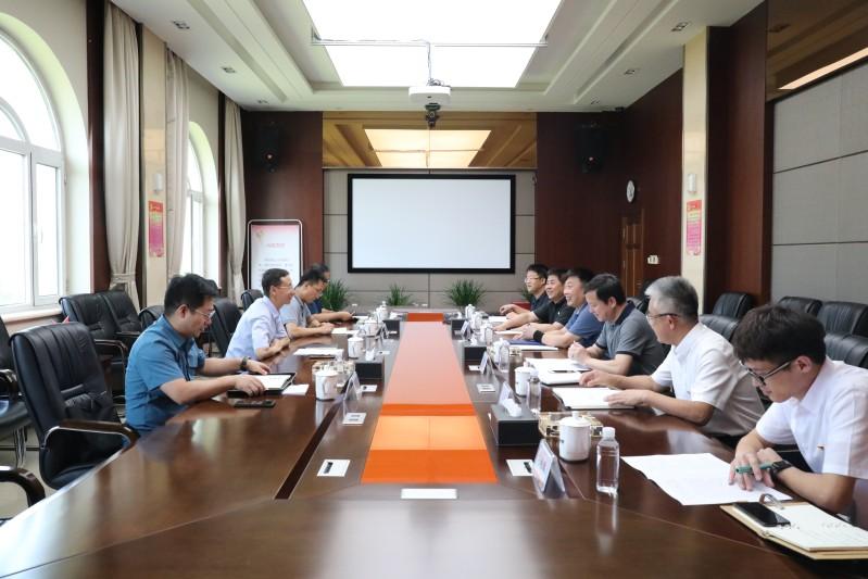 集团副总经理吴昊(左侧左2)听取公司汇报